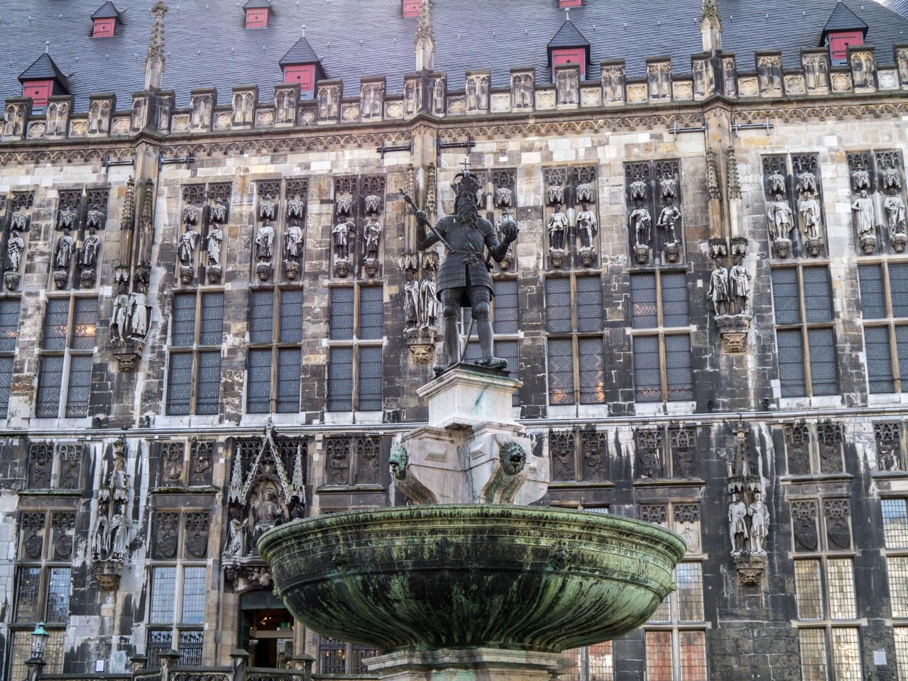 Rathaus und Brunnen